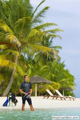 再搭乘多尼船到椰林遍遍的无人岛浮潜